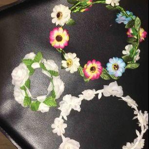 Två styckna kransar och en tjock hårsnodd med stora blommor på, använda ett fåtal gånger. Köparen står för frakt.