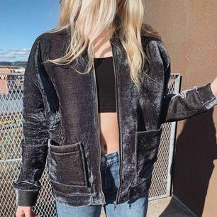 """Blå """"sammetsjacka"""" från Zara, använd ca 4 ggr för typ 2 år sedan. Hängt i garderoben ever since."""