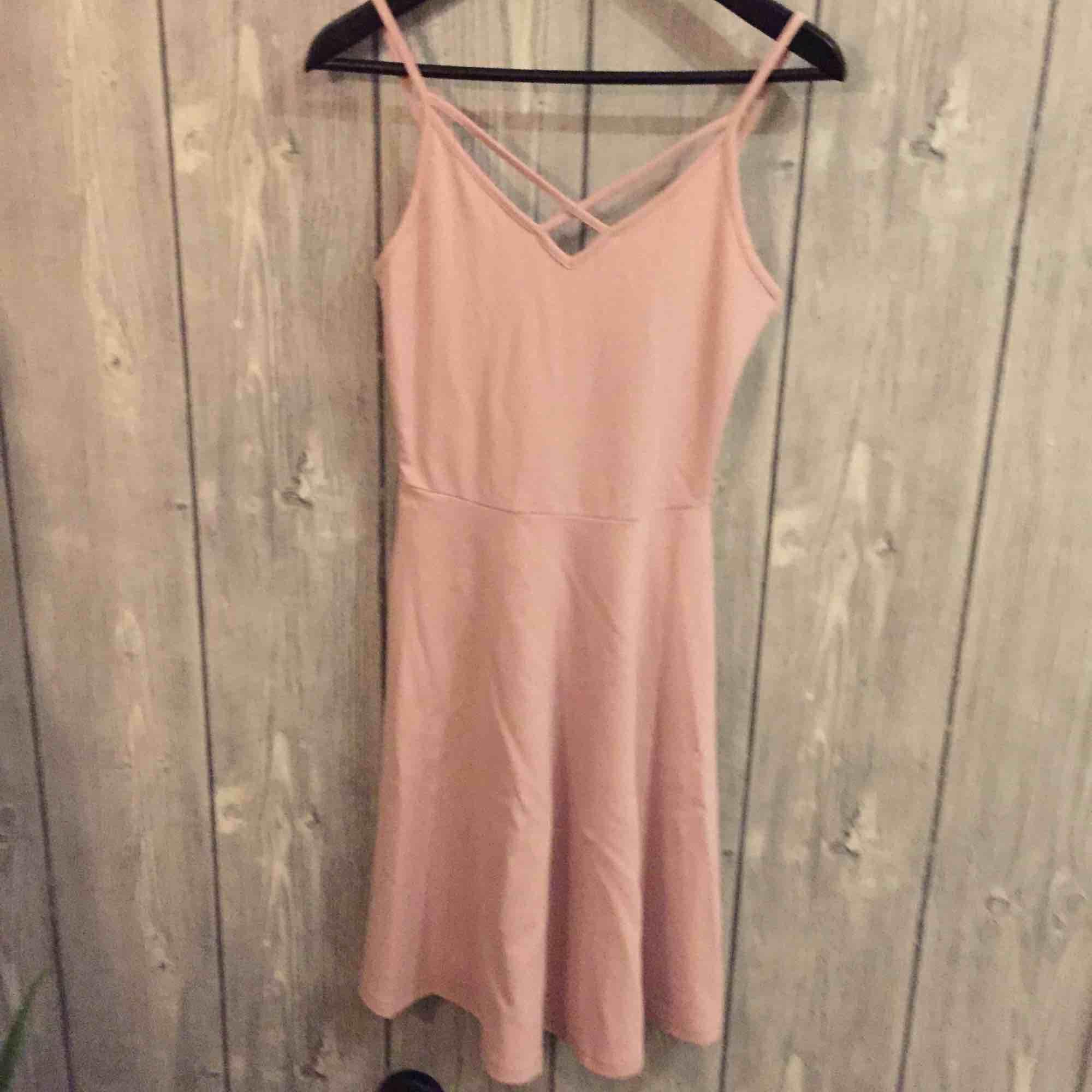 Aldrig använd rosa klänning från GINA TRICOT i storlek S. Klänningar.