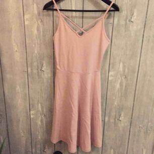 Aldrig använd rosa klänning från GINA TRICOT i storlek S