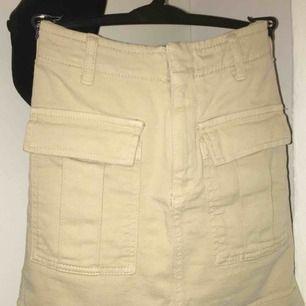 En asfin kjol med två fickor på framsidan från Gina Tricot. Köparen står för frakt.