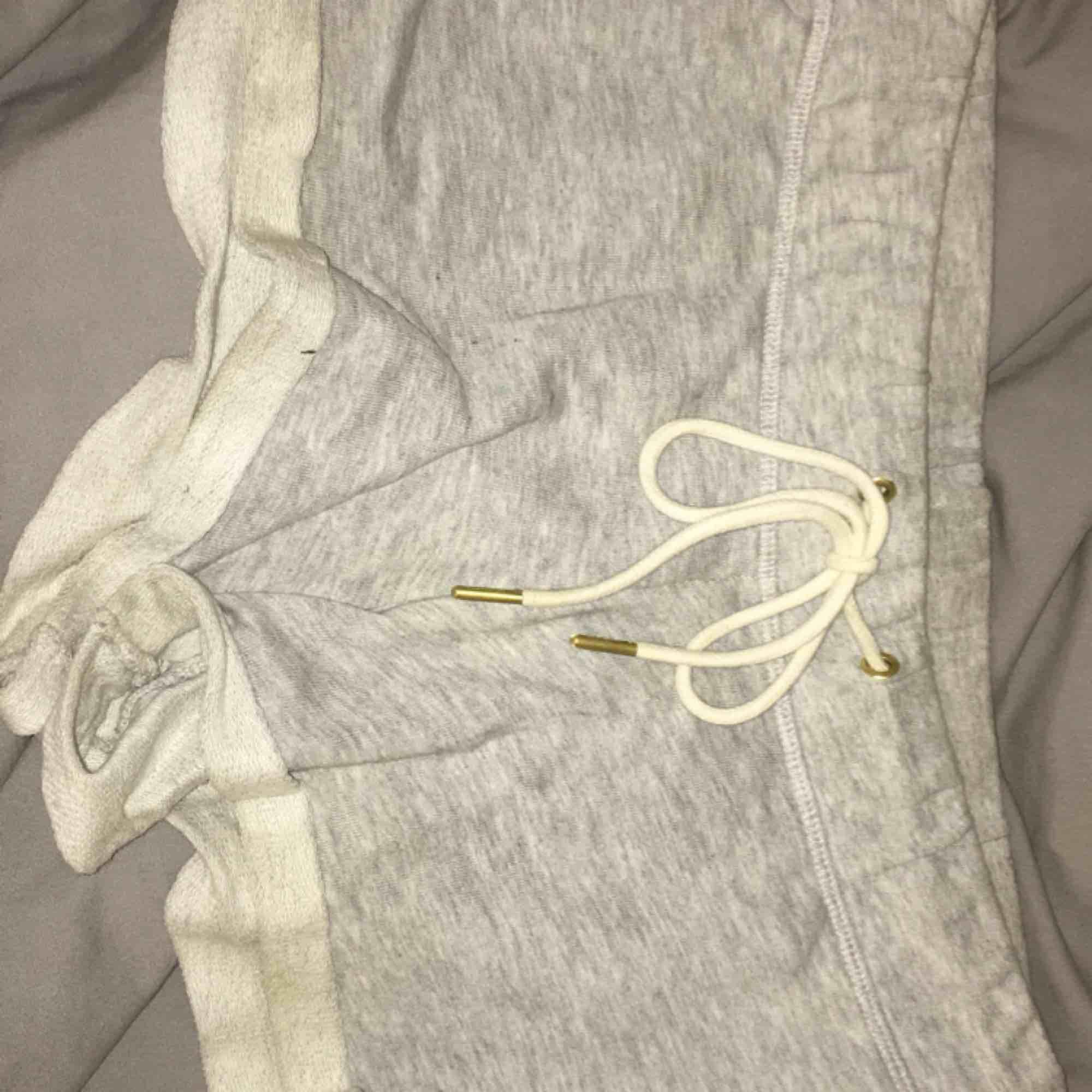 Ljusgråa shorts från Gina Tricot. Hit me up om du är intresserad. Köparen står för frakt.. Shorts.