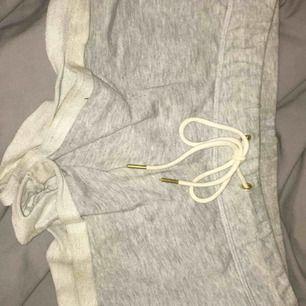 Ljusgråa shorts från Gina Tricot. Hit me up om du är intresserad. Köparen står för frakt.