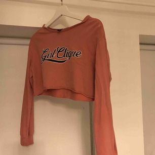 Endast provad långärmad tröja från divided. Passar S också beroende på hur man vill att den sitter! Tar endast swish💞