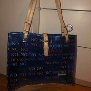 Jätteball blå genomskinlig handväska, köpt second hand. Väldigt praktisk med massa utrymme :) det är bara att skriva om ni har några frågor!!