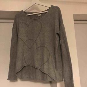Jättefin och höstig långärmad tröja med kristaller formade som hjärtan. Använd men fint skick. Passar de flesta, sitter stort på mig som har S. Tar endast swish💕