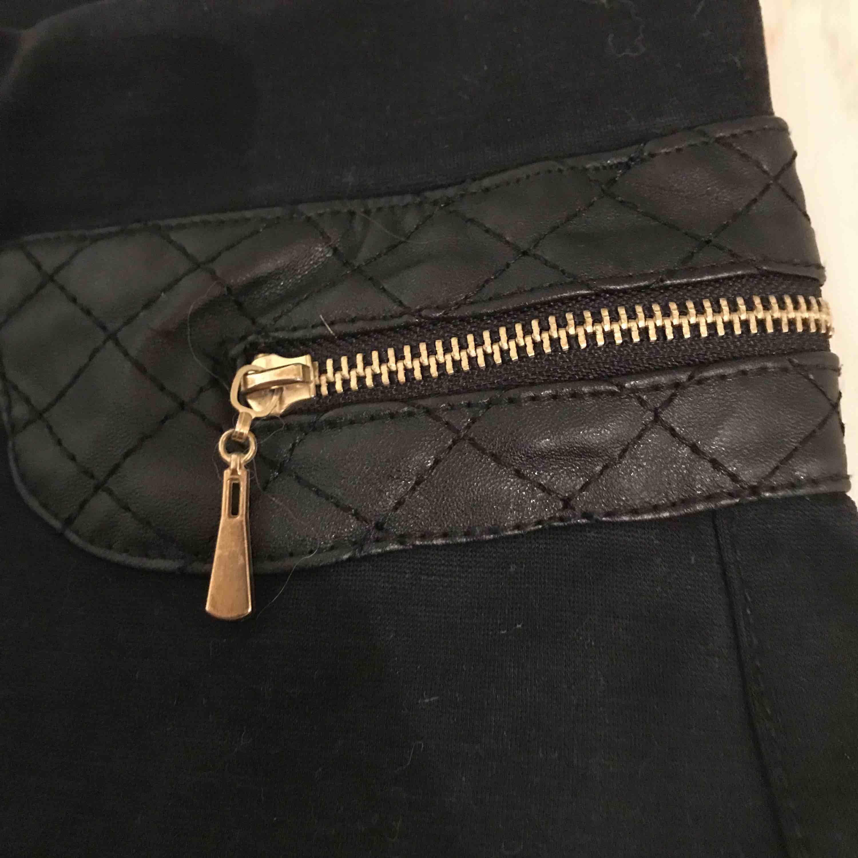 Står ingen storlek men skulle gissa på S! Stretchiga sköna byxor med gulddetaljer. Aldrig använda bara provade osv. Priset går att diskutera på nästan alla annonser. Tar endast swish💖 . Jeans & Byxor.