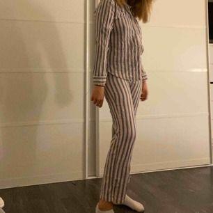 Jätte fint randigt pyjamas set ifrån hm. Säljer då jag inte använder det längre. (Frakten ingår ej)