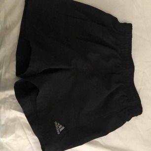 Perfekta tränings shorts från adidas storlek S
