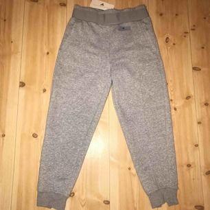 Adidas sweatpants. Oanvända jätte fina, inget fel, jättemysiga. Nypris pris 899kr. Köparen står för frakten🥰❤️❤️