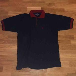 Vintage Ralph Lauren polo t-shirt (röd och blå) Skick: 9/10 Storlek: XXL men sitter som en L Köparen står för frakt