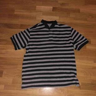 Dressman polo t-shirt (svart grå randig) Skick: 9/10 Storlek: XXL sitter som en L Köparen står för frakt