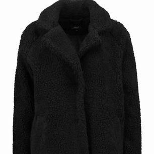 As snygg Teddy kappa som jag köpte för ungefär en månad sen. Inte alls använd mer än 3-4 gånger, frakten är inräknad i priset och det är postnord spårbar!