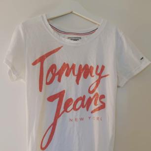 Fin t-shirt från Tommy Hilfiger, stlk XS men passar även S, kan mötas upp i Uppsala eller fraktar då köparen står för frakt 💕