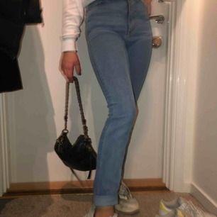 Ett par supersnygga jeans ifrån monki som är tighta vid låret men sedan lite större vid vaden. 100 plus frakt.