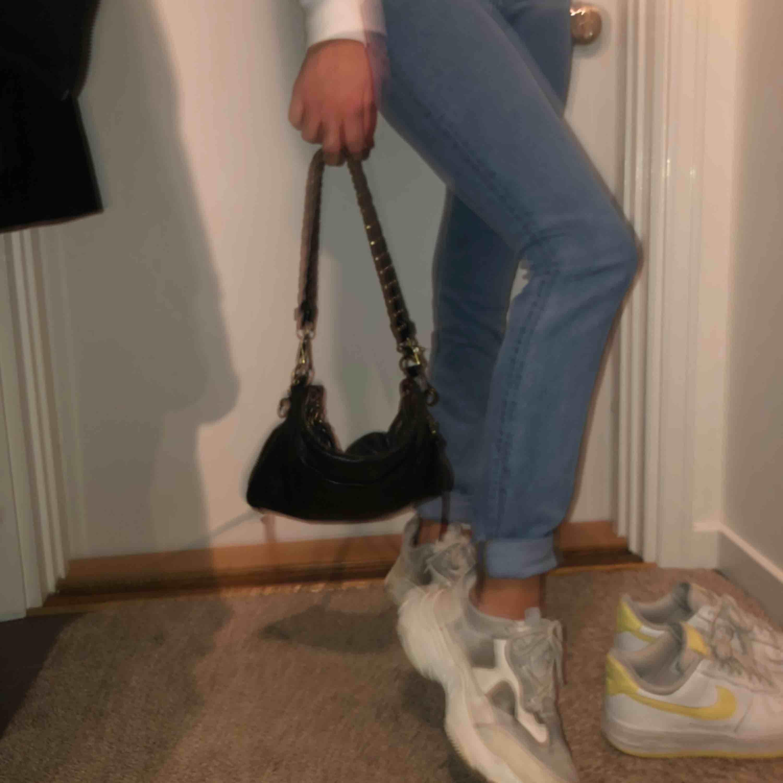 Ett par supersnygga jeans ifrån monki som är tighta vid låret men sedan lite större vid vaden. 100 plus frakt. . Jeans & Byxor.