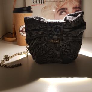 En jättefin liten väska köpt i Grekland. Passar perfekt till hösten. Kan tänka mig att gå ner i pris vid snabb affär!   Tar Swish!🦋