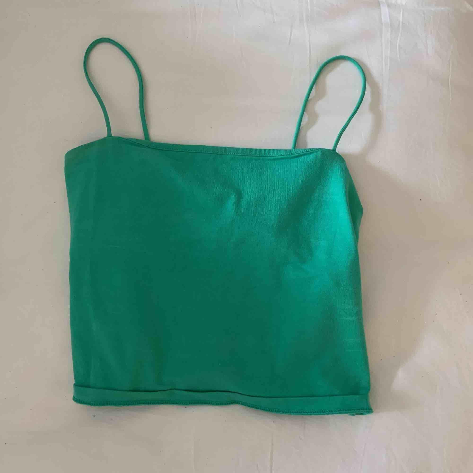 Ett snyggt grönt linne i från Gina tricot, använd 1 gång. Original pris 100, säljer för att jag aldrig använder den.. Toppar.