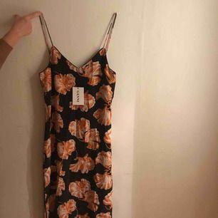 Ganni Geroux Floral Print. Ärmlös klänning i silke med fantastiskt fint print. Aldrig använt, prislapp finns kvar