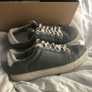 säljer mina älskade Zadig & Voltaire skor!  Köptes förra året runt jul i storlek 37, men passar även 38.   . Köpta för ca 2000kr! De är ganska slitna, därav priset.