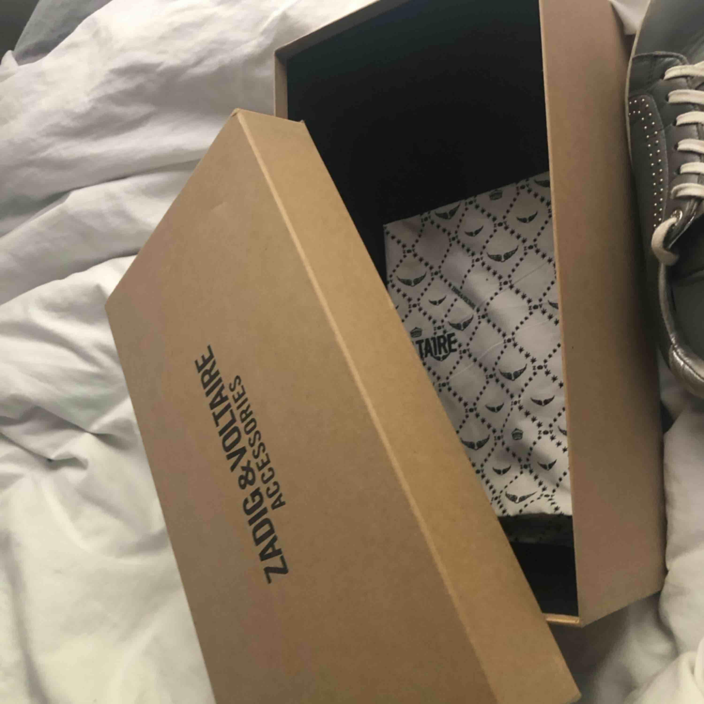 säljer mina älskade Zadig & Voltaire skor!  Köptes förra året runt jul i storlek 37, men passar även 38.   . Köpta för ca 2000kr! De är ganska slitna, därav priset. . Skor.