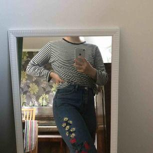 Högmidjade mom-jeans i modellen Kimomo söker nytt hem💛 Väl använda då de är både sjukt bekväma & snygga, men säljer då de ej kommer till användning längre :( någon tråd på broderiet sticker upp (se sista bilden), men inget man inte kan fixa
