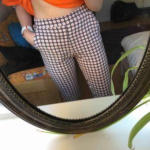 Skitfina typ kostymbyxor i tunnt material från Cubus. Säljes pga att dem är alldeles för korta för mig (är 171). Dem har 2 fickor där fram och resår i midjan. Frakten landar på 36:-