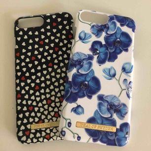 Mobilskal från ideal of Sweden. Skalen passar iPhone 7+ och iPhone 8+. Det blommiga skalet har tappat färg vid kanten (se bild) men är annars i fint skick. Det hjärt mönstrade skalet har gått sönder vid kammaren (se bild) men är annars i fint skick.
