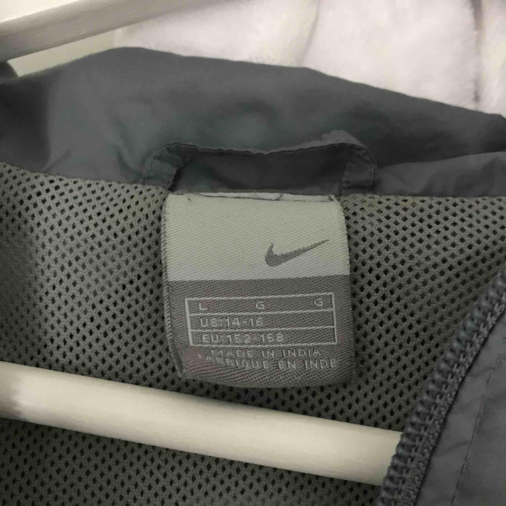 Fin vindjacka ish från Nike, köpt på humana second hand. Tror det är L i barnstorlek, men är ungefär som XS/S. Fickor i sidorna och även på magen. Jackor.