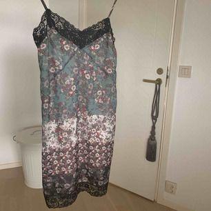 Nattlinne, men går att använda som klänning också! Den är inte genomskinlig och säljs för att den är för liten.