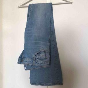 Svin snygga ljusa bootcut jeans i storlek 38 från Zara!! Säljer pga för stora, köpa från Plick.  Tar swish!!😊😊😊