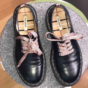 SKITSNYGGA skor från Pull&Bear som tyvärr är för små för mig (dem är true2size:,(  Köpta i Aten i butik  Fraktkostnad tillkommer  ⭐️