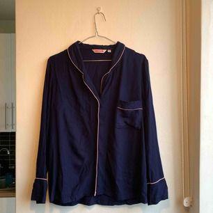 Pyjamasskjorta från indiska i mjukaste materialet. Marinblå med ljusrosa detaljer. Finns i Stadshagen. Kan mötas upp i Stockholm eller skickas mot frakt.