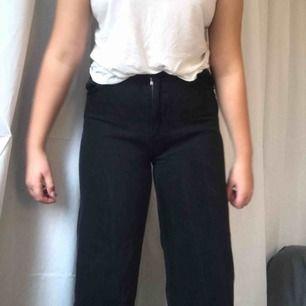 Ett par jätte fina jeans från monki i modellen Yoko Wide leg, änvända fåtal gånger och super bra skick, säljer pga förstora och inte min stil direkt! (köpte i september)