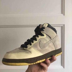 Vintage Nike dunks high i nästan felfritt skick. Nypris: 1200kr men går ej att hitta p.g.a. dem är retro. Frakt tillkommer🥰