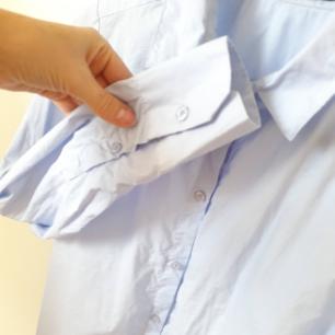 Ljusblå skjorta från Åhléns helt oanvänd.  Skjortan är i formen slim vilket betyder att den är insydd.   Kan mötas upp i Huddinge, Älvsjö, Årsta, Globen & Västberga