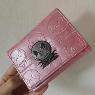 Supersöt nightmare before Christmas-plånbok med Jack Skellington på. I fint skick, lite vanligt slit som någon repa i metallen men annars superfin! Frakten är inräknad i priset👍😌 längd: 11,5 cm bredd: 9 cm