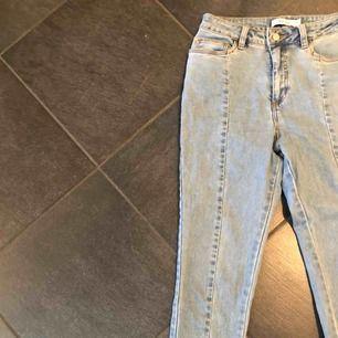 Jätte snygga jeans från NA-KD men slit. Aldrig använda då de är lite för små för mig