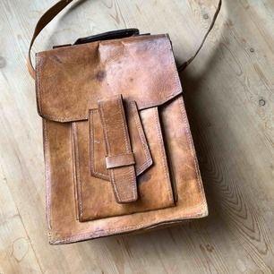 Vintage läderväska i behov av lite kärlek. Köpt på loppis i Frankrike. 32 cm hög 25 cm bred. Hämtas i Stockholm city eller skickas mot fraktkostnad.