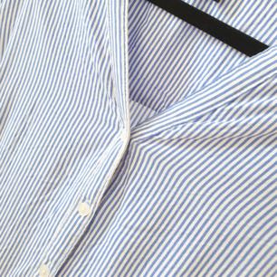 Kanske världens snyggaste, skönaste och bekvämaste skjort-blus i den perfekta blårandiga kombinationen. Ärmarna går att rulla upp.men även ha nedrullade.  I fint skick!  Kan mötas upp i Huddinge, Älvsjö, Årsta, Globen & Västberga