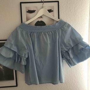 Ljusblå off shoulder blus. Med frakt blir kostnaden 100kr