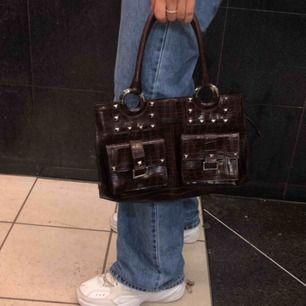 Snygg handväska med nitar, bud uppe i 150kr avslutas på onsdag❤️