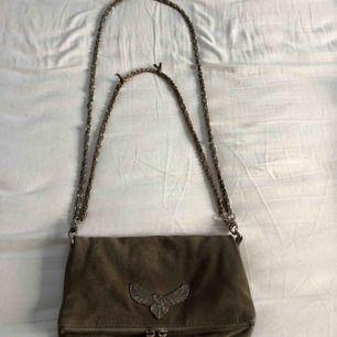 Säljer nu min fina Zadig väska , detta är en gammal modell och den finns inte att få tag på längre! Den är lite sliten i mockan och är även sliten på ett visst ställe på den korta kedjan därav lite lägre pris!