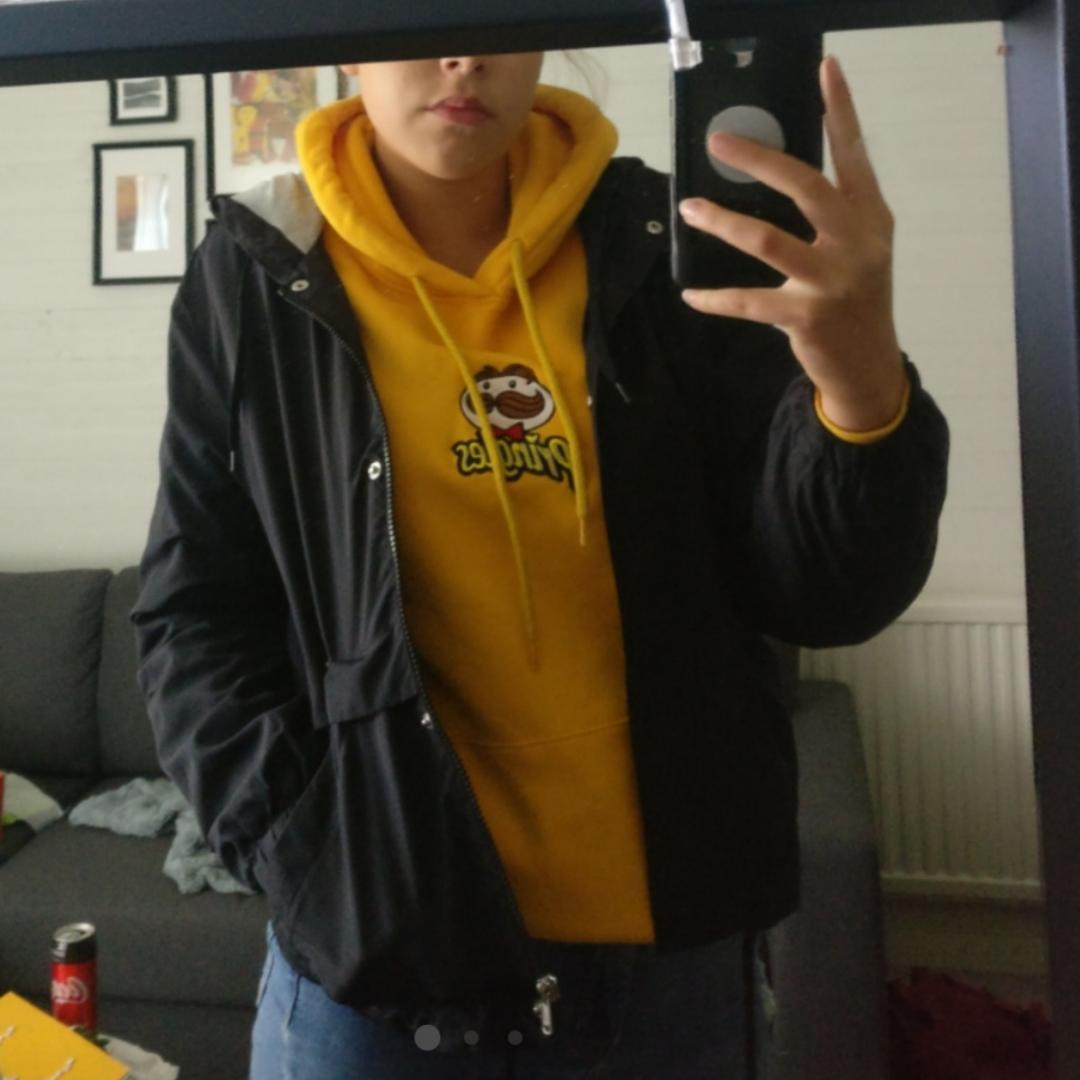 En hoodie från H&M med ett pringles tryck :) jättefint skick, inga slitage eller liknande! Du som köpare står för frakt :). Huvtröjor & Träningströjor.