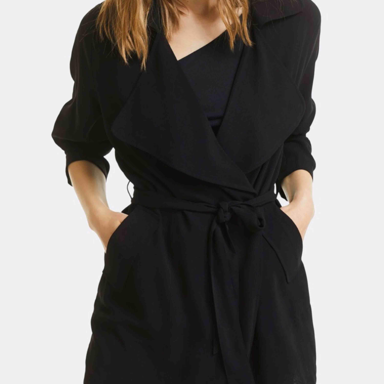 En lång svart kappa från Bik Bok i storlek XS.. Jackor.