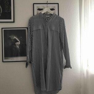 Knälång randig klänning. Med frakt blir kostnaden 76kr