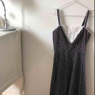 Super gullig vintage prärie klänning med spetts detaljer på kanten av kjolen och på framsidan av klänningen.