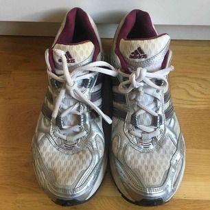 Sneakers sparsamt använda