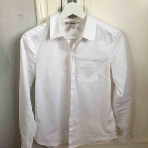 Vit skjorta från HM Aldrig använd Pris går att diskuteras på alla mina annonser vid snabb affär