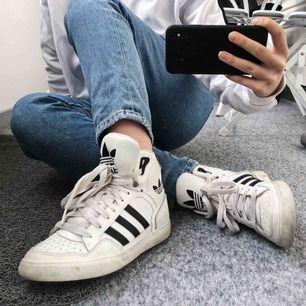 Nypris: 799kr.  Svartvita Adidas sneakers, nyskick då de är använda max tre gånger. Går såklart att tvätta de jättelätt. Frakten är inräknat i priset! 🥰